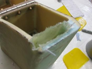 Glassing headrest lock cavity